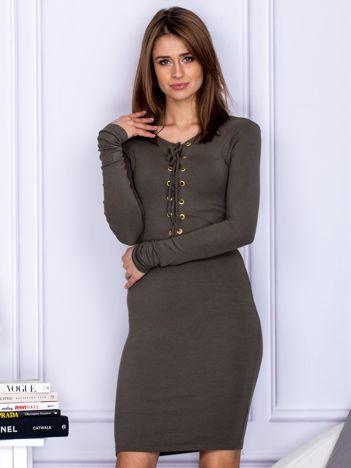 Dopasowana sukienka z wiązanym dekoltem khaki