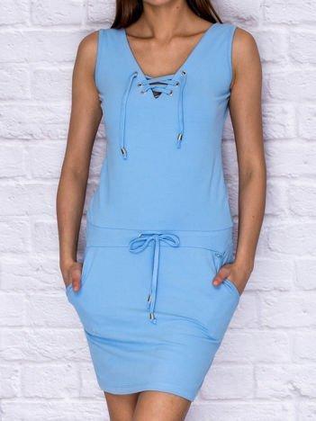 Dresowa sukienka ze sznurowanym dekoltem niebieska