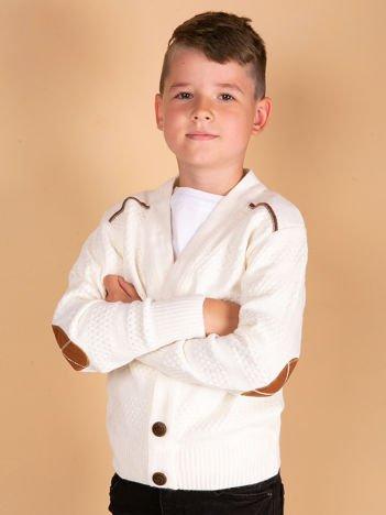 Ecru kardigan dla chłopca z łatami na łokciach