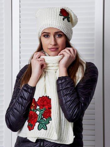 Ecru komplet z kwiatową naszywką czapka i szalik