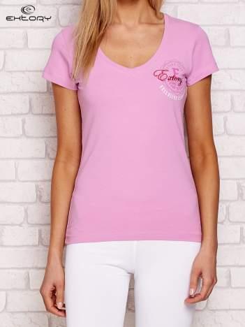 Fioletowy t-shirt ze sportową naszywką