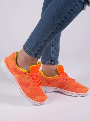 Fluopomarańczowe melanżowe buty sportowe w paski na jasnej podeszwie