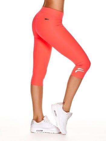 Fluoróżowe legginsy na siłownię z graficznym znakiem