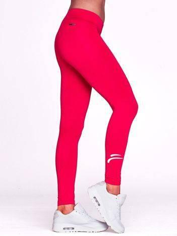 Fuksjowe długie legginsy na siłownię ze znaczkiem na nogawce