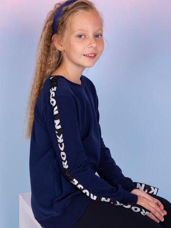 Granatowa bluza dla dziewczynki z graficzną taśmą na rękawach