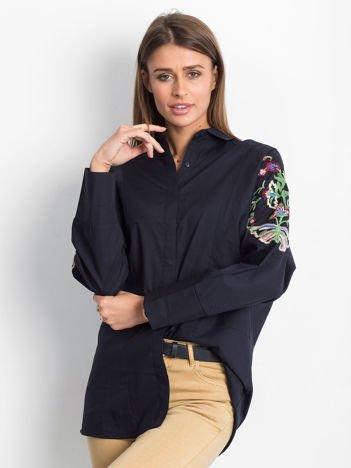Granatowa koszula z haftowanymi rękawami