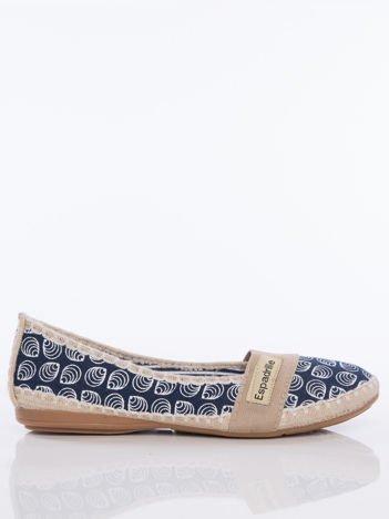 Granatowe baleriny z motywem muszelek z beżowym paskiem z przodu buta i napisem