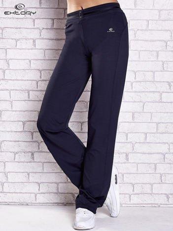 Granatowe spodnie dresowe z guziczkami