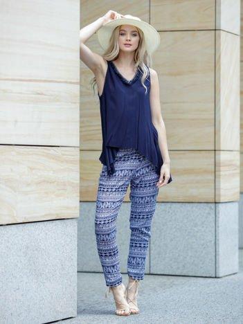 Granatowe wzorzyste spodnie damskie