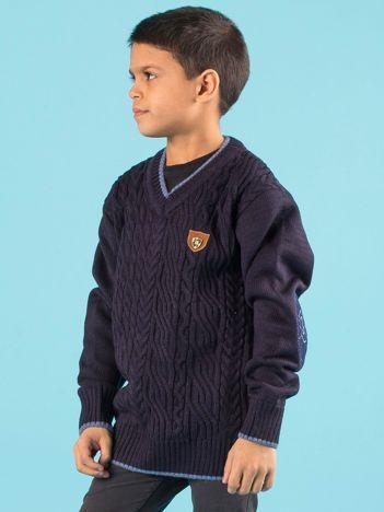 Granatowy chłopięcy sweter w warkocze