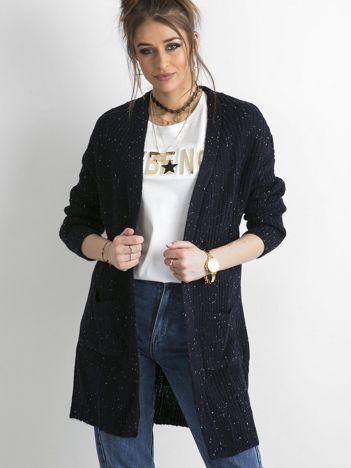 Granatowy długi sweter z dzianiny