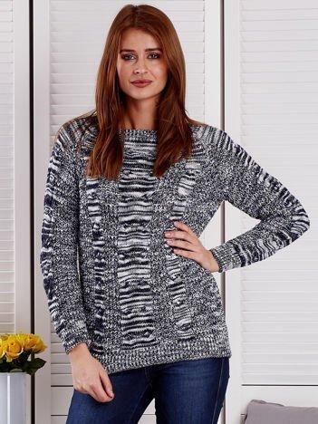Granatowy melanżowy sweter z warkoczowymi splotami