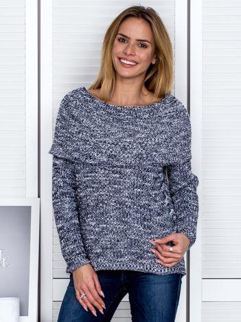 Granatowy sweter melange z szeroką falbaną