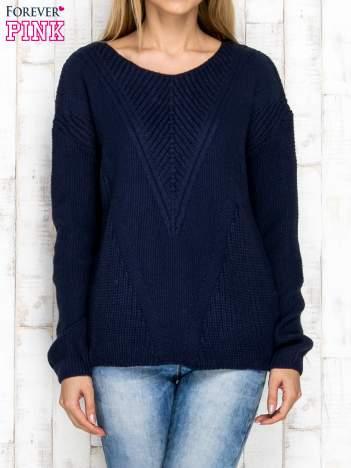 Granatowy sweter w dzianinowy wzór