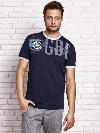 Granatowy t-shirt męski z aplikacjami i napisami