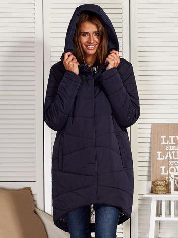 Granatowy zimowy płaszcz z broszką