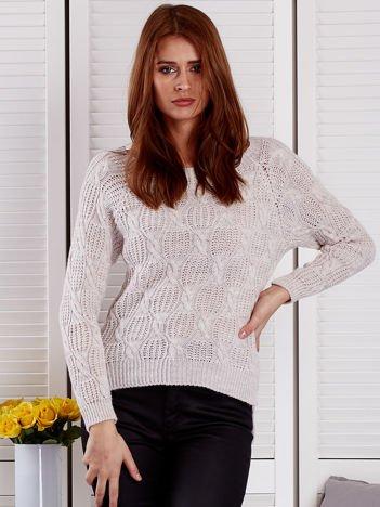 Jasnobeżowy dziergany sweter