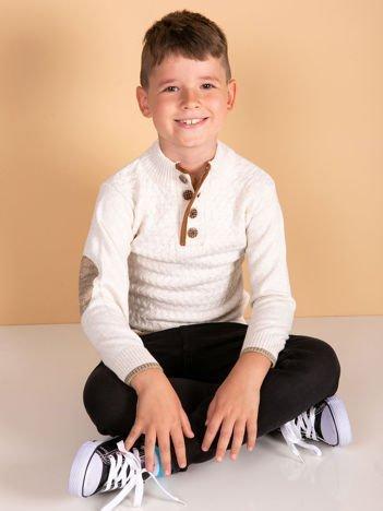 Jasnobeżowy sweter dla chłopca z plecionym wzorem
