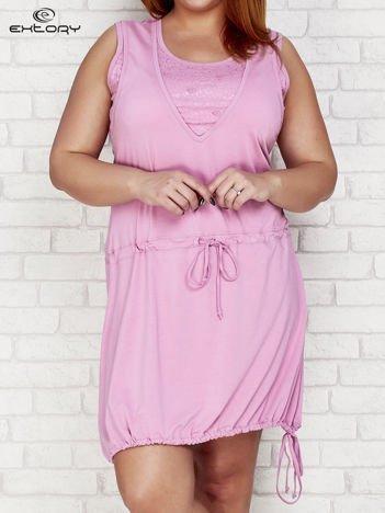 Jasnofioletowa sukienka sportowa z graficznymi wstawkami PLUS SIZE