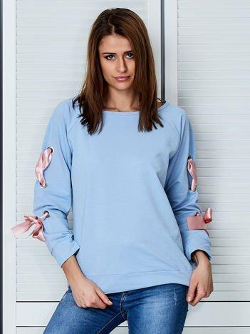 Jasnoniebieska bluza z kokardami na rękawach