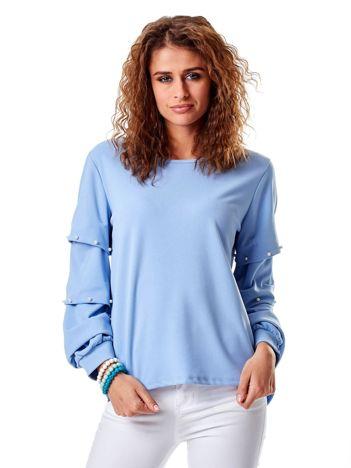 Jasnoniebieska bluzka z drapowanymi rękawami i perełkami