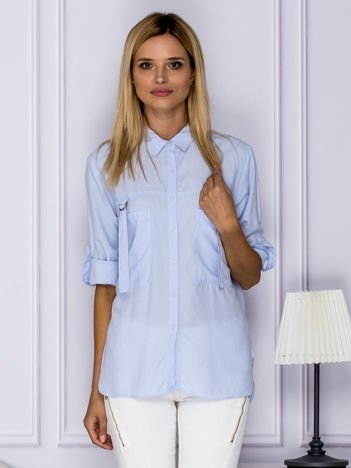 Jasnoniebieska koszula z perełkami z podwijanymi rękawami