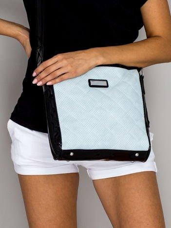 Jasnoniebieska pikowana torba listonoszka z lakierowanymi wstawkami