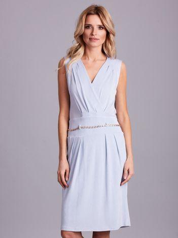 Jasnoniebieska sukienka z dekoltem na plecach