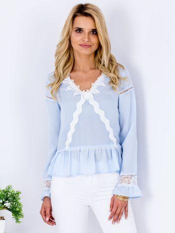 Jasnoniebieska szyfonowa bluzka z koronkowymi wstawkami