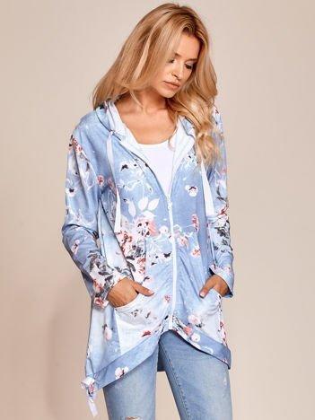 Jasnoniebieska zapinana bluza w kwiaty z kapturem i ściągaczami