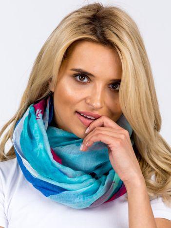 Jasnoniebieska zwiewna chusta w kolorowe wzory