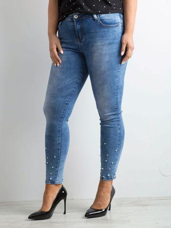 Jasnoniebieskie jeansy z perełkami PLUS SIZE