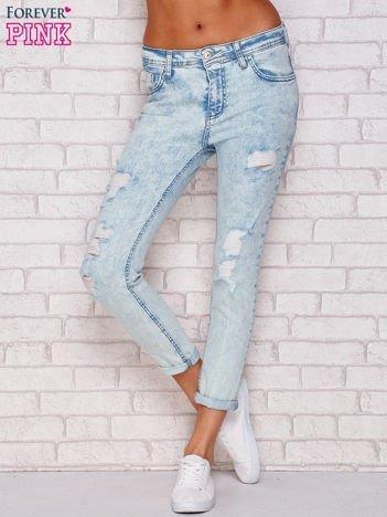 Jasnoniebieskie marmurkowe jeansy z przetarciami