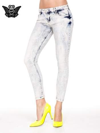 Jasnoniebieskie przecierane spodnie skinny jeans marmurki