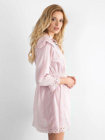 Jasnoróżowa ażurowa sukienka