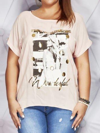 Jasnoróżowa bluzka z fotograficznym nadrukiem PLUS SIZE