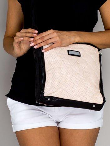 Jasnoróżowa pikowana torba listonoszka z lakierowanymi wstawkami