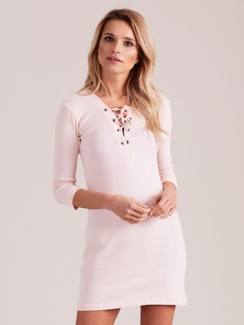 Jasnoróżowa prążkowana sukienka ze sznurowaniem