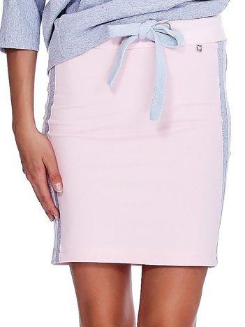 Jasnoróżowa spódnica z lampasami