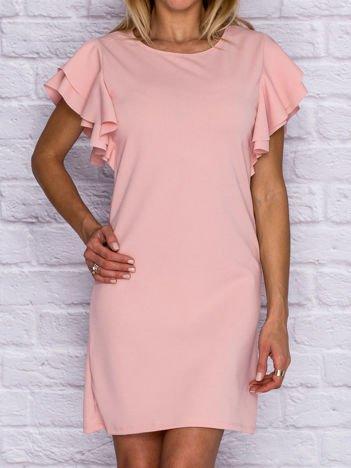 Jasnoróżowa sukienka koktajlowa z ozdobnymi falbanami