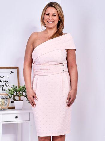 Jasnoróżowa sukienka w drobne wypukłe wzory PLUS SIZE