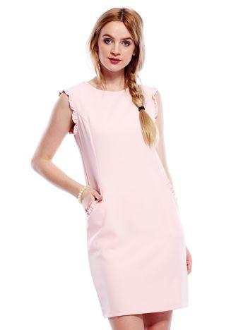 Jasnoróżowa sukienka z drobnymi falbankami PLUS SIZE