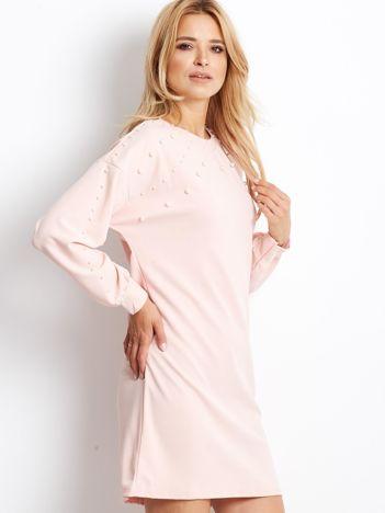 Jasnoróżowa sukienka z perełkami