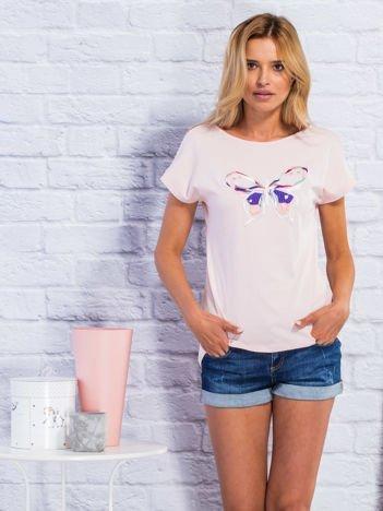 Jasnoróżowy t-shirt z kolorowym motylem