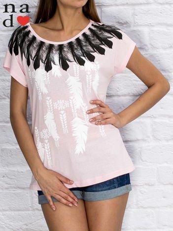 Jasnoróżowy t-shirt z motywem piór