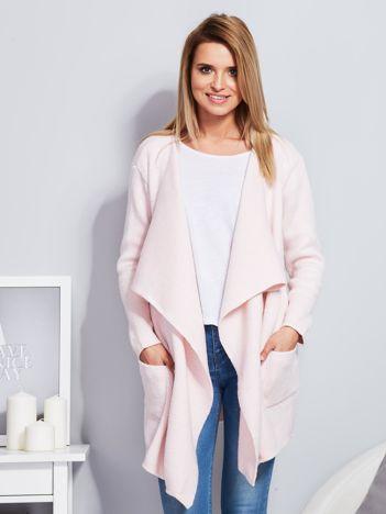 Jasnoróżowy wełniany sweter z luźnymi połami