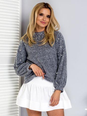 Jasnoszary sweter z perełkami