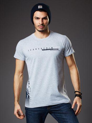 Jasnoszary t-shirt męski z drobnym nadrukiem