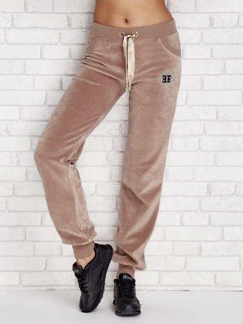Kawowa welurowe spodnie dresowe z błyszczącą aplikacją