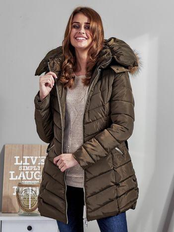Khaki pikowany płaszcz damski z futrzanym kołnierzem
